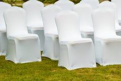 Muchos sillas de la boda con las cubiertas elegantes blancas Fotografía de archivo libre de regalías