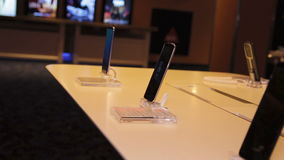 Muchos smartphons de la galaxia S8 de Samsung en exhibición de la tienda almacen de metraje de vídeo