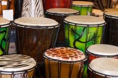 Muchos tambores de bongos coloridos foto de archivo libre de regalías