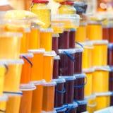 Muchos tarros con la miel Imágenes de archivo libres de regalías