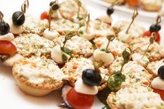 Muchos tartlets con la ensalada rusa en la tabla de comida fría Imágenes de archivo libres de regalías