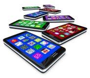 Muchos teléfonos elegantes con Apps en las pantallas táctiles Fotos de archivo libres de regalías