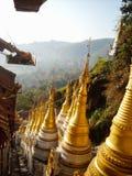 muchos templos en Birmania con los tejados de oro fotos de archivo