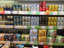 Muchos tipos de cervezas listas para la venta Imagen de archivo libre de regalías