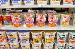 Muchos tipos de tallarines listos para la venta en el supermercado Imágenes de archivo libres de regalías