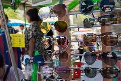 Muchos tipos de vidrios en la tienda de los vidrios Imagen de archivo