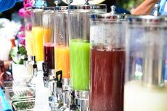 Muchos tipos de zumos de fruta en la playa Imagen de archivo libre de regalías