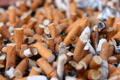 Muchos topes de cigarrillo Imágenes de archivo libres de regalías