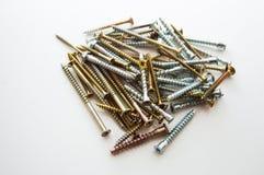 Muchos tornillos en la tabla fotos de archivo