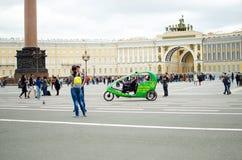 Muchos turistas caminan alrededor del cuadrado del palacio en St Petersburg foto de archivo libre de regalías