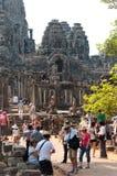 Muchos turistas en Bayon en Angkor, Camboya Fotos de archivo libres de regalías