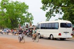 Muchos turistas en diversos transportes en Angkor, Camboya Fotos de archivo
