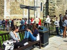Muchos turistas que visitan la torre de Londres blanca antigua fotos de archivo