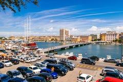 Muchos turistas que visitan Zadar durante los meses del verano Imágenes de archivo libres de regalías