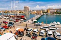 Muchos turistas que visitan Zadar durante los meses del verano Fotos de archivo