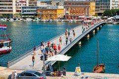Muchos turistas que visitan Zadar durante los meses del verano Imagen de archivo libre de regalías