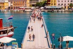 Muchos turistas que visitan Zadar durante los meses del verano Fotografía de archivo libre de regalías