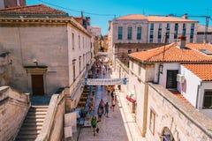 Muchos turistas que visitan Zadar durante los meses del verano Foto de archivo libre de regalías
