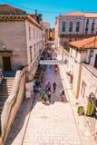 Muchos turistas que visitan Zadar durante los meses del verano Imagen de archivo