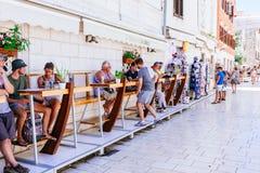 Muchos turistas que visitan Zadar durante los meses del verano Foto de archivo