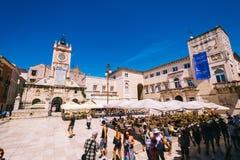 Muchos turistas que visitan Zadar durante los meses del verano Imagenes de archivo