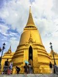 Muchos turistas y locals son visión ocupada y el caminar alrededor del palacio y de Wat Phra Kaew magníficos famosos foto de archivo libre de regalías