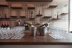 Muchos vidrios con el vino blanco en la tabla de comida fría Foco suave, foco selectivo Fotografía de archivo