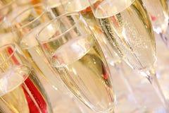 Muchos vidrios de champán chispeante Fotografía de archivo libre de regalías