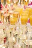 Muchos vidrios de champán chispeante Imagenes de archivo