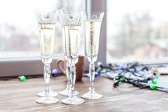 Muchos vidrios de champán Día de fiesta del concepto, partido, alcohol, Happ Imagen de archivo libre de regalías