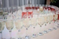 Muchos vidrios de champán en el restaurante, primer Fotografía de archivo