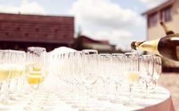 Muchos vidrios de champán en la tabla de la boda Imagenes de archivo