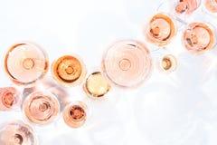 Muchos vidrios de vino rosado en la degustación de vinos Concepto de vino rosado foto de archivo libre de regalías