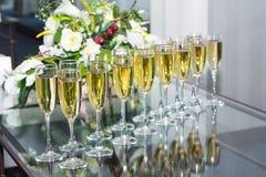 Muchos vidrios del champán en fila fotos de archivo libres de regalías