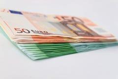 Muchos 50 y 100 billetes de banco euro Imágenes de archivo libres de regalías