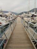 Muchos yates en Tivat portuario, Montenegro, nublado fotografía de archivo libre de regalías