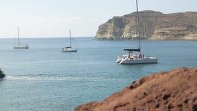 Muchos yates y trimaranes de placer amarraron cerca de la orilla, gente que disfrutaba de fin de semana metrajes