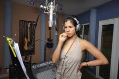 Mucis d'enregistrement de femme dans un studio image stock