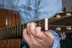 Mucisian spielt Wechselstrom-Netzkabel auf einer Akustikgitarre lizenzfreie stockfotos