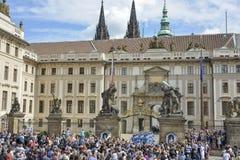 Mudança cerimonial dos protetores no castelo de Praga Fotografia de Stock