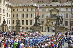 Mudança cerimonial dos protetores no castelo de Praga Fotos de Stock Royalty Free