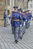 Mudança cerimonial dos protetores no castelo de Praga Imagens de Stock Royalty Free
