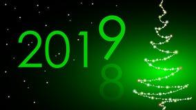 A mudança do ano 2018 são substituídos em 2019 Árvore de Natal feita das luzes no fundo verde Felicitações no novo fotografia de stock