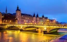 A mudança do au de Pont e o Conciergerie em Paris Fotos de Stock Royalty Free