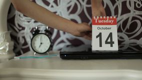 A mudança do calendário numera, o 13 de outubro, segunda-feira Número Segundo--pesado terminado do unfortunate do dia 13 vídeos de arquivo