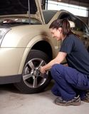 Mudança do pneu do mecânico da mulher Fotografia de Stock