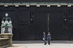 Mudando o protetor no palácio imperial no Tóquio, Japão fotografia de stock