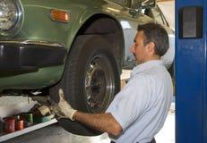 Mudando um pneu imagem de stock