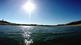 Mudanza adelante del POV en el agua bajo Sun almacen de video