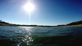 Mudanza adelante del POV en el agua bajo Sun metrajes